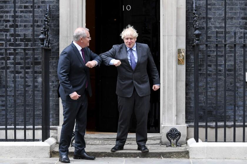 El primer ministro británico, Boris Johnson, a la izquierda, saluda al primer ministro de Australia, Scott morrison, en el 10 de Downing Street, Londres, el lunes 14 de junio de 2021. (AP Foto/Alberto Pezzali)