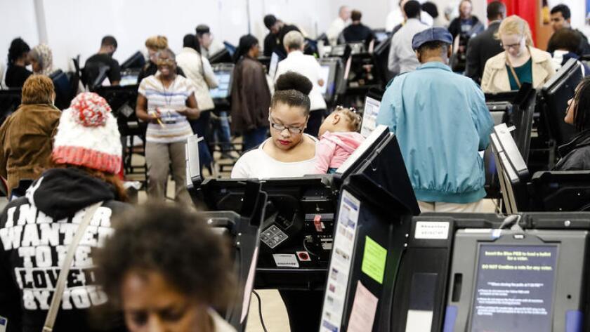Ciudadanos votan el lunes en Columbus, Ohio. (John Minchillo / Associated Press)
