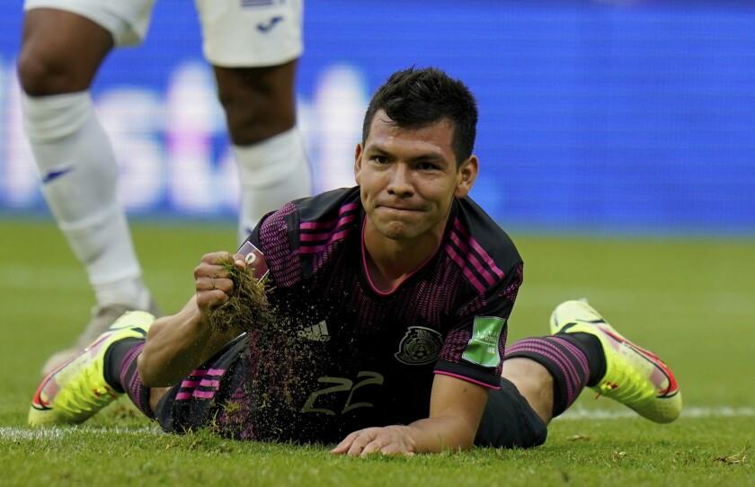 El delantero mexicano Hirving Lozano tras desperdiciar una ocasión de gol contra Honduras