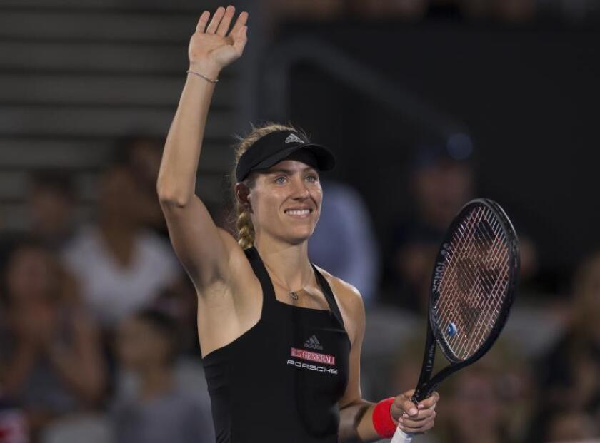 La tenista alemana Angelique Kerber saluda al público tras imponerse a la italiana Camila Giorgi en su partido del torneo de Sídney disputado en el Parque Olímpico de Sídney. EFE