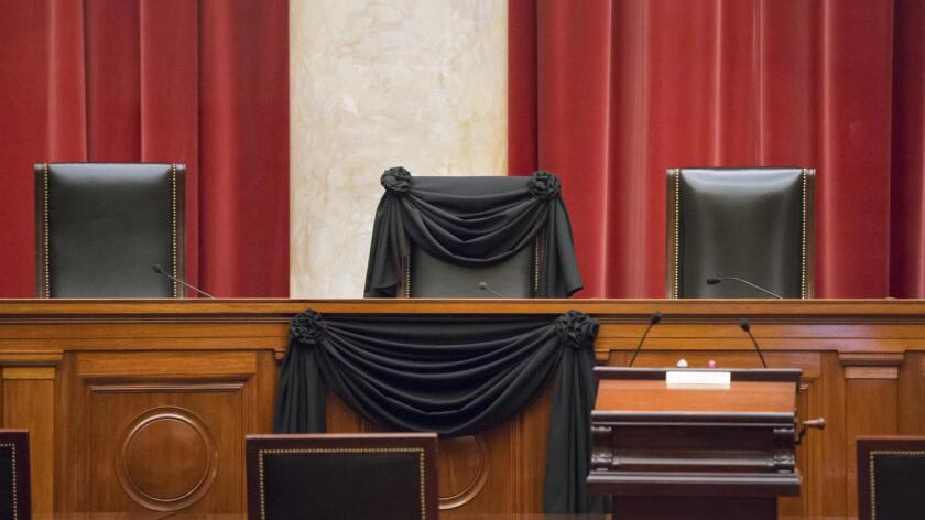 La silla del magistrado Antonin Scalia permanece con una cinta negra en señal de luto.