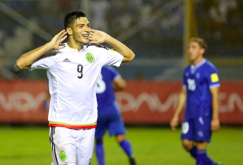 Raúl Jiménez celebra su gol contra El Salvador; tras el juego resultó lesionado.