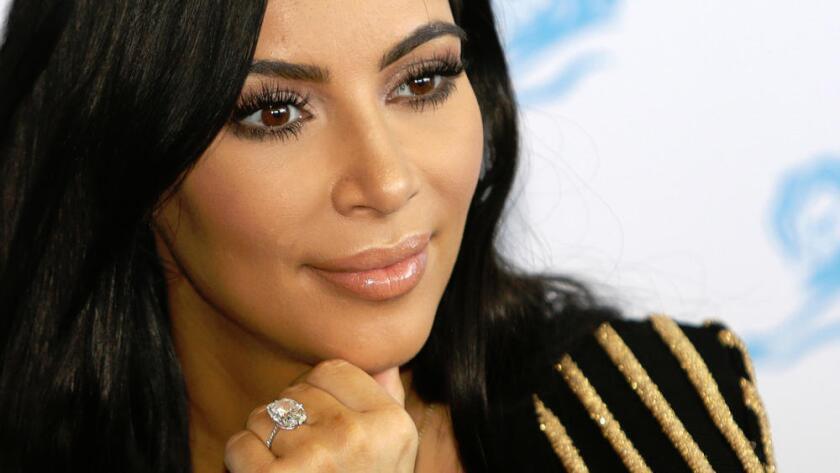 Kim Kardashian luce su anillo de compromiso de 20 quilates que le robaron en París a comienzos de octubre (AP Photo/Lionel Cironneau).