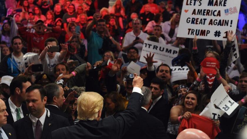 El candidato Donald Trump saluda a la multitud durante un mitin en abril de 2016, en el recinto ferial del condado de Orange en Costa Mesa (Wally Skalij / Los Angeles Times).