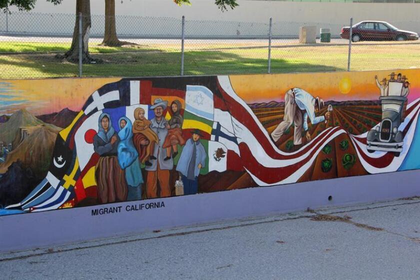 """""""The Great Wall of Los Angeles"""" (el Gran Muro de Los Ángeles, en inglés) es el nombre de una obra ideada en los años setenta por la artista chicana Judy Baca que con técnicas del muralismo y la creación comunitaria, representa la historia de California y enfatiza las inestimables aportaciones de las minorías raciales y de la inmigración en este estado. EFE/ARCHIVO"""