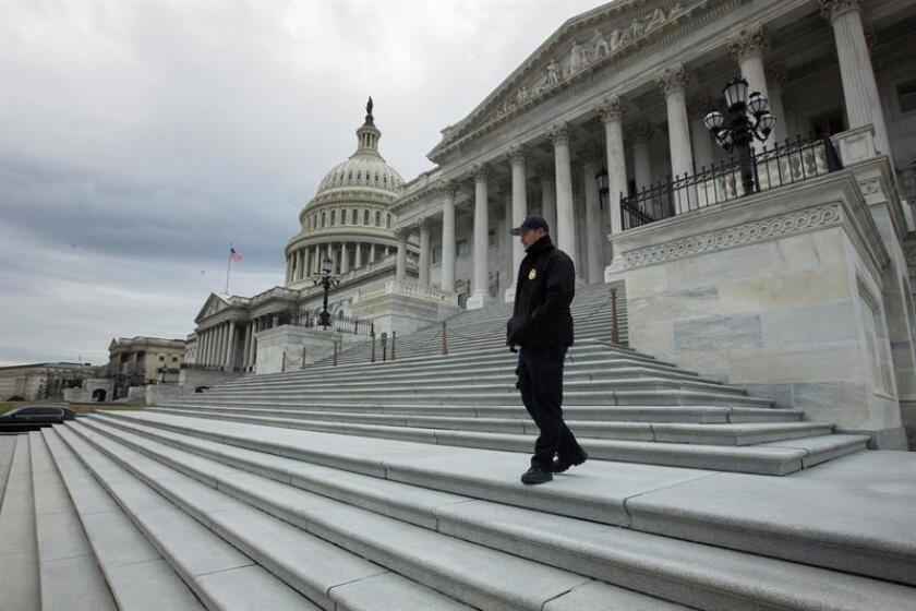 Security personnel patrol the exterior of the US Capitol in Washington on Jan. 7, 2019. EFE-EPA/ Michael Reynolds