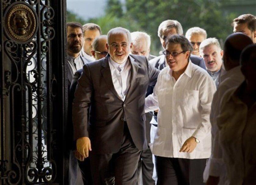 El ministro de Relaciones Exteriores de Irán, Mohammad Javad Zarif, izquierda, es recibido por su homólogo cubano Bruno Rodríguez, en La Habana, Cuba. El canciller iraní inició en Cuba una gira por Latinoamérica con un discurso en el que destacó las políticas de resistencia a Estados Unidos que su país tiene en común con la isla.