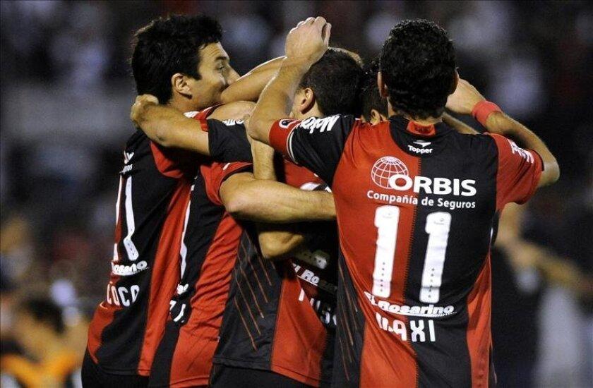 Jugadores de Newell's Old Boys de Argentina celebran un gol. EFE/Archivo