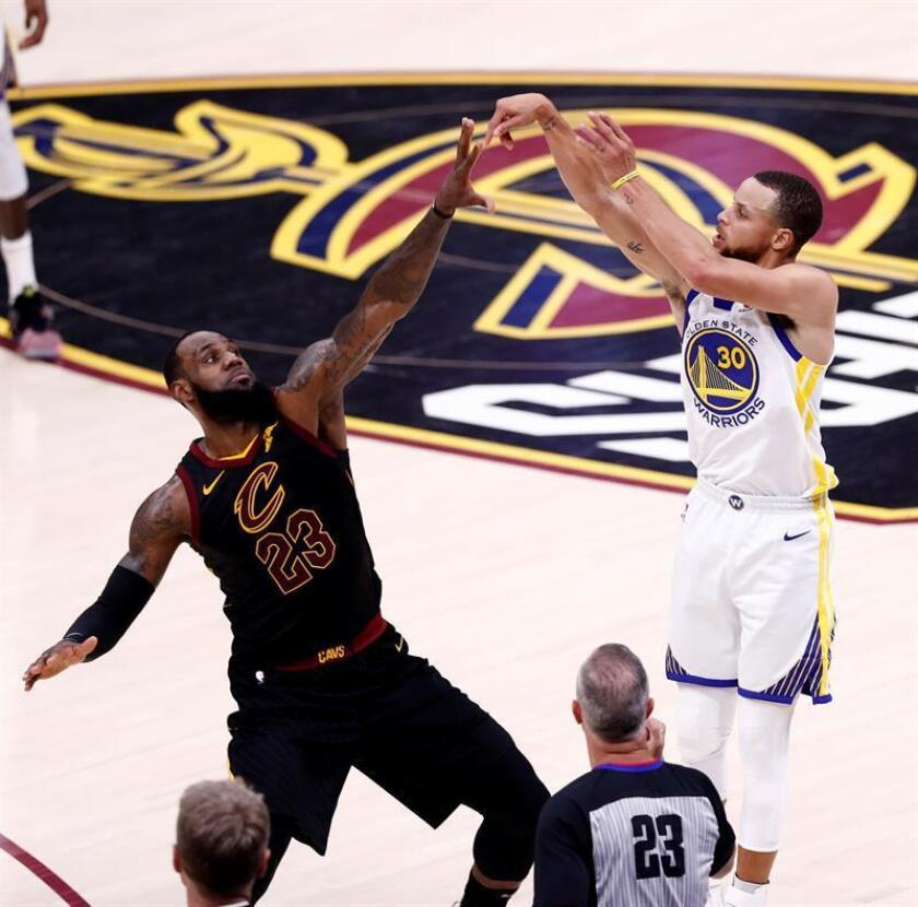 Golden State Warriors guard Stephen Curry (R) shoots over Cleveland Cavaliers forward LeBron James (L) during the first half of the NBA Finals game four at Quicken Loans Arena in Cleveland, Ohio, USA, 08 June 2018. EFE