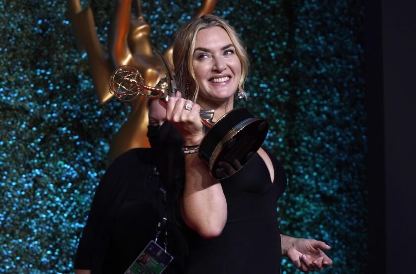"""Kate Winslet posa tras ganar el premio Emmy a la mejor actriz en una serie de drama, por """"Mare of Easttown""""."""