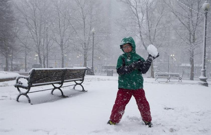 Un muerto, accidentes de tránsito, escuelas cerradas, retrasos en el transporte público, vuelos cancelados y calles abarrotadas de nieve fue el panorama que enfrentaron hoy Nueva York y otras ciudades como consecuencia del temporal que afecta a la costa este del país. EFE