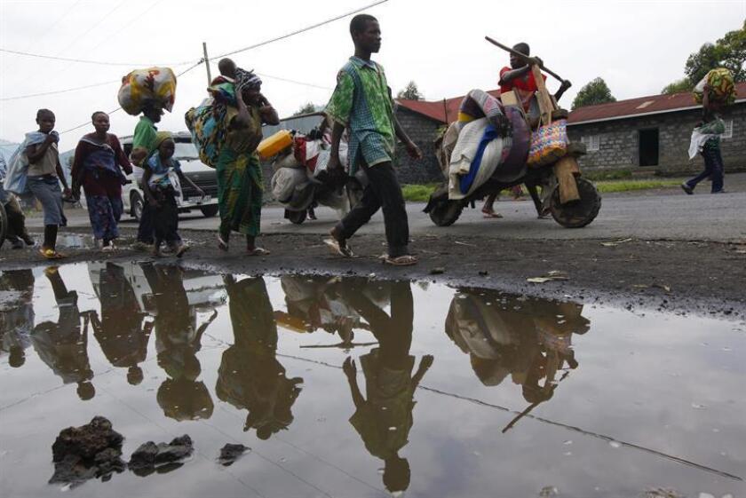 Vista de varios residentes de Sake que recogen sus pertenencias para evitar el enfrentamiento entre los rebeldes del M23 y las tropas del gobierno en el este de la R. Democrática del Congo. EFE/Archivo