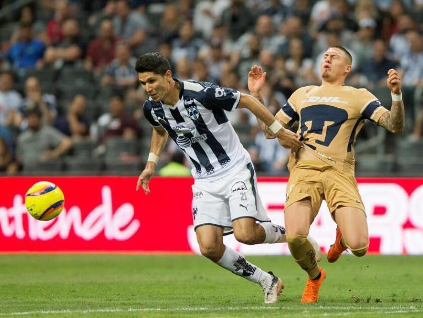 Jesús Molina (i) de Rayados de Monterrey disputa el balón con Nicolás Castillo (d) de Pumas de la UNAM. EFE/Archivo