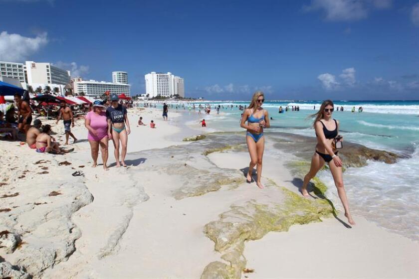 Turistas disfrutan la zona de playas en el centro de recreo de Cancún (México). EFE/Archivo