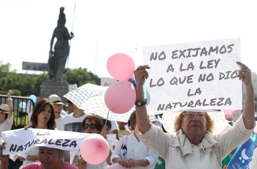 Miles de personas marchan hoy, sábado 25 de julio de 2015, en las calles de la ciudad mexicana de Guadalajara para manifestar su postura a favor de la vida y en contra del aborto. Según cifras de Protección Civil de Jalisco,occidente de México, fueron alrededor de unas 25 mil personas, hombres, mujeres y niños las que participaron en este ejercicio civil, aunque los organizadores aseguran que fueron 40 mil los asistentes a la convocatoria.