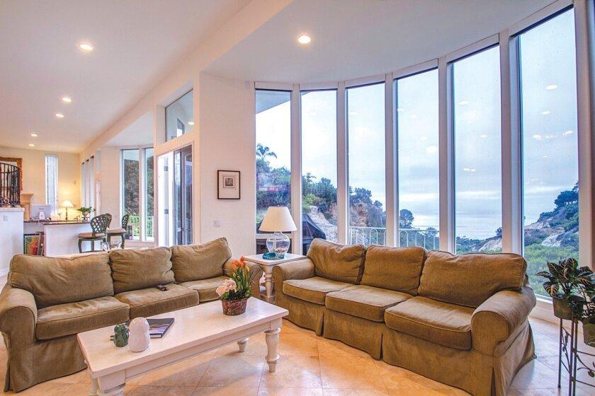6106-Avenida-Chamnez-Livingroom