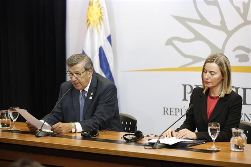 El canciller de Uruguay, Rodolfo Nin Novoa (izq), y la alta representante de la Unión Europea (UE) para Asuntos Exteriores y Política de Seguridad, Federica Mogherini (dcha), ofrecen declaraciones durante la primera reunión del Grupo Internacional de Contacto sobre Venezuela, en Montevideo (Uruguay). EFE