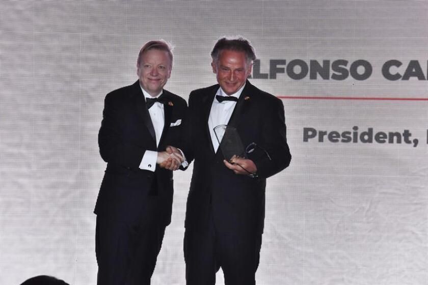 Javier Estased, presidente de la Cámara de Comercio de España, EE. UU., presenta a Alfonso Carrascosa, presidente de Legálitas, el premio a la Compañía del Año hoy, durante la gala de los premios Ponce de León 2018, en Miami (EE.UU.). EFE