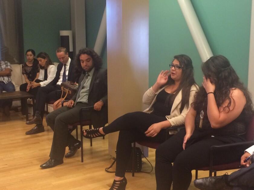 La mayoría de los jóvenes que platicaron con el ingeniero Cuauhtémoc Cárdenas tenía entre 20 y 25 años, todos estudiantes y otros ya graduados; algunos pensando en ser congresistas de EE.UU., y otros con el sueño de regresar a México para reunirse con toda la familia.
