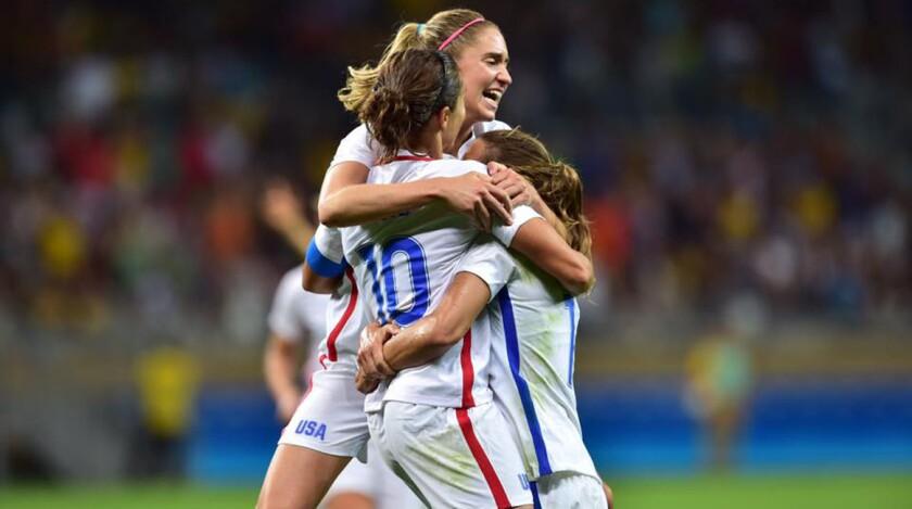 La selección femenil de Estados Unidos celebró la victoria en Río 2016...