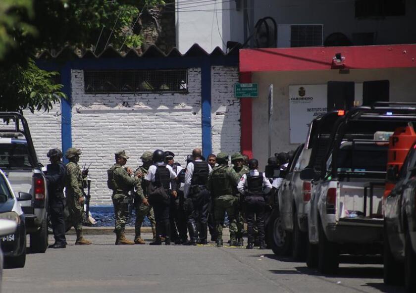 La Fiscalía General del Estado de Guerrero, sur de México, detectó hoy que más de 200 policías viales del balneario de Acapulco aparecen en nómina pero no desempeñan sus funciones. EFE/ARCHIVO