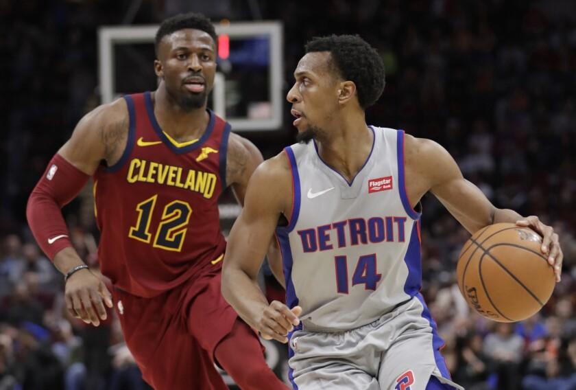Ish Smith (14) de los Pistons de Detroit avanza con el balón ante David Nwaba (12) de los Cavaliers de Cleveland, el sábado 2 de marzo de 2019. (AP Foto/Tony Dejak)