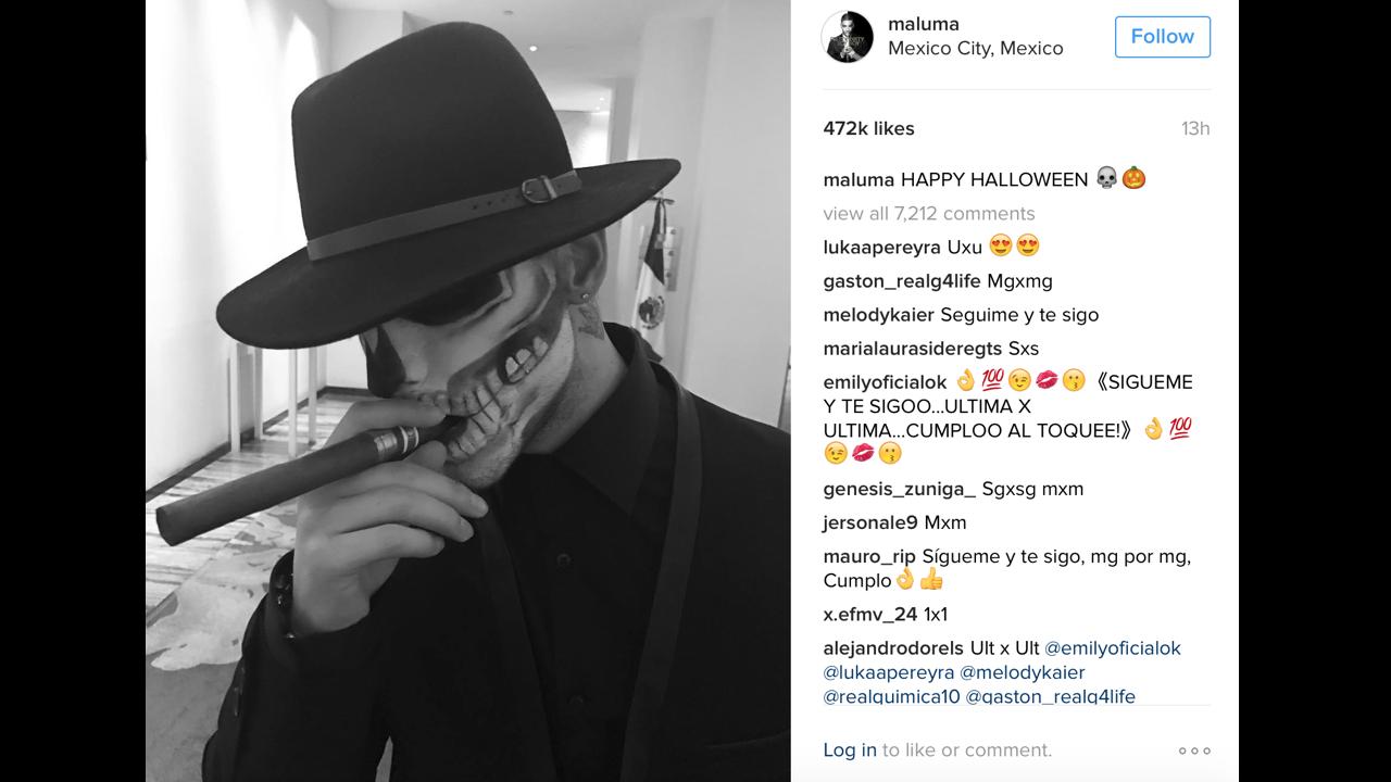 A juzgar por la locación de la fotografía, el cantante pasó su Halloween en México, así que optó por disfrazarse -muy acertadamente- de calaca mafiosa.