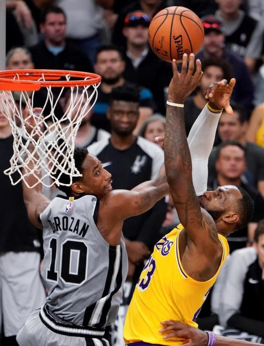 LeBron James (d), de Los Angeles Lakers y DeMar DeRozan, de los San Antonio Spurs, durante un partido de baloncesto de la NBA, en San Antonio. EFE