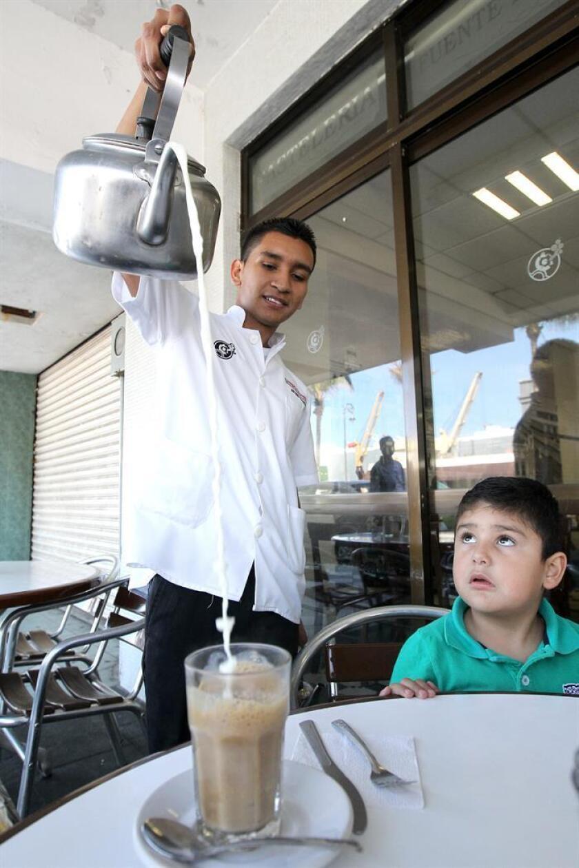 Un mesero sirve un café con leche en el tradicional café de la Parroquía, el viernes 5 de diciembre de 2014, en Veracruz. EFE/Archivo