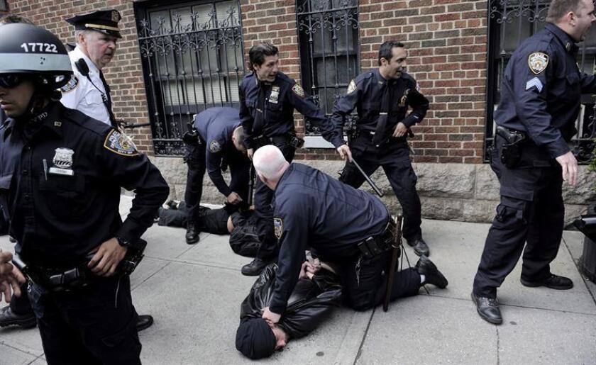 Varios manifestantes detenidos durante las protestas con motivo del Día Internacional de los Trabajadores, en Nueva York, Estados Unidos, el martes 1 de mayo de 2012. EFE/Archivo