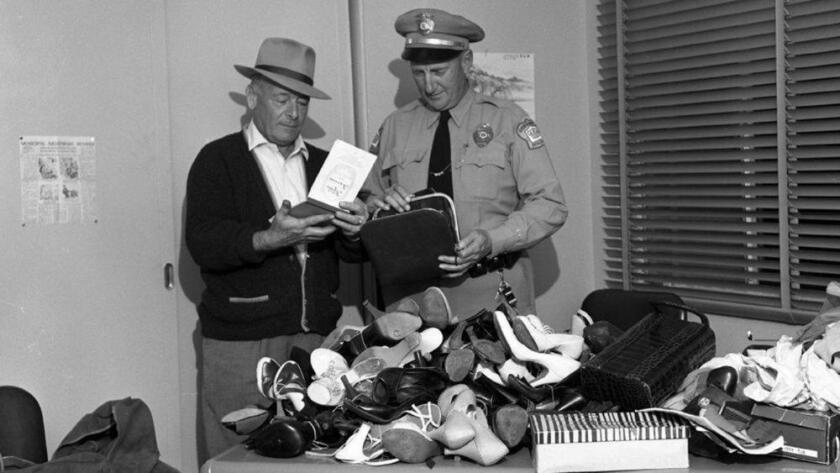 El jefe de policía de Coronado, Robert Manchester (izquierda), y el teniente Don Watson examinan los zapatos hallados en las habitaciones de los oficiales en North Island (San Diego History Center).