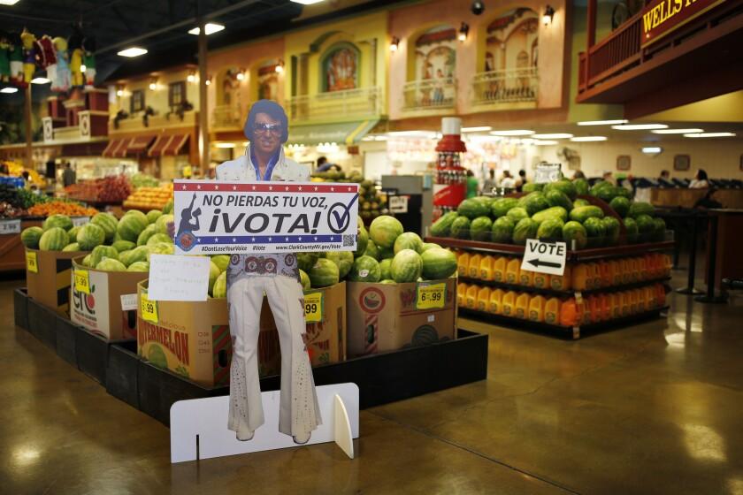 """Un cartel en español con el lema """"No pierdas tu voz ¡Vota!"""", expuesto cerca de un punto de votación, en un supermercado Cardenas en Las Vegas, el 10 de junio de 2016. En el disputado estado de Nevada aproximadamente el 17% del electorado es hispano. Aquí ese bloque ha demostrado su poder. En el 2008 y el 2012 ayudó a que Obama fuese elegido presidente y fue clave en la reelección del senador Harry Reid en el 2010. En las elecciones de mitad de término del 2014, sin embargo, muchos hispanos se abstuvieron de votar y los republicanos arrasaron con todos los cargos estatales, asumiendo el control de ambas cámaras legislativas por primera vez desde 1929. (AP Foto/John Locher)"""