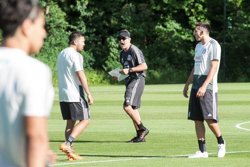 El seleccionador de México Juan Carlos Osorio (c) durante el entrenamiento efectuado en Copenhague. EFE