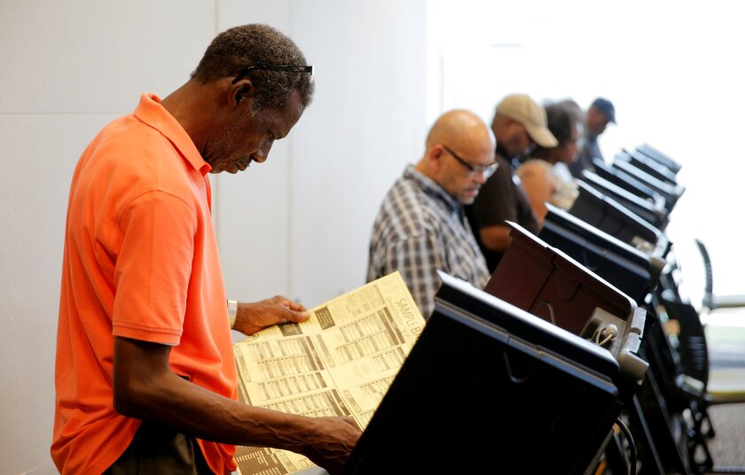 La Liga de Mujeres Votantes de Los Ángeles ha elaborado una guía y talleres para ayudar a los electores que ejercerán su derecho al voto.