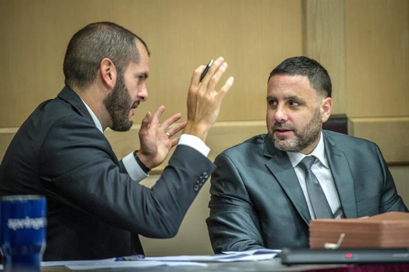 El español Pablo Ibar (d) escucha a Jose Nascimento (i), un abogado de su equipo defensor, en el tribunal del condado de Broward hoy, lunes 1 de octubre de 2018, en Fort Lauderdale, Florida (EE.UU.). EFE