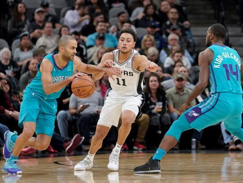 Bryn Forbes (c) de los San Antonio Spurs en acción ante Tony Parker (i) y Michael Kidd-Gilchrist (d) de Charlotte Hornets durante el partido de la NBA disputado este lunes en el AT&T Center de San Antonio, Texas (EE.UU.). EFE