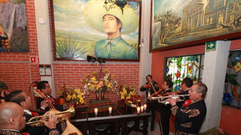 Mariachis rinden homenaje a Juan Gabriel en la Plaza Garibaldi, en la Ciudad de México.