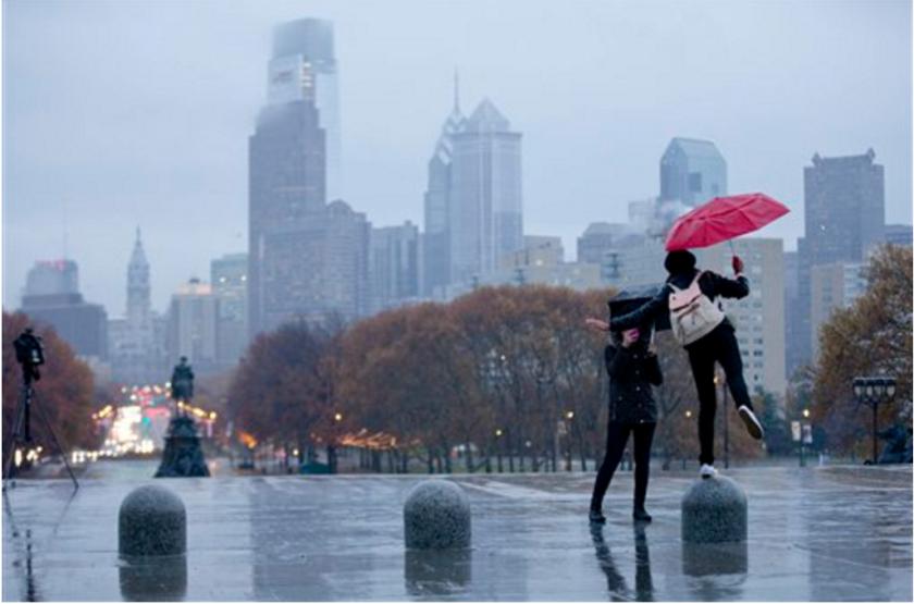 ARCHIVO - En esta fotografía de archivo mujeres jóvenes se fotografían en el Museo de Arte de Filadelfia durante un día lluvioso en Filadelfia.Lonely Planet dio algo de amor a la Ciudad del Amor Fraternal al anunciar que Filadelfia es el mejor destino para visitar en Estados Unidos en 2016. (Foto AP/Matt Rourke, Archivo)