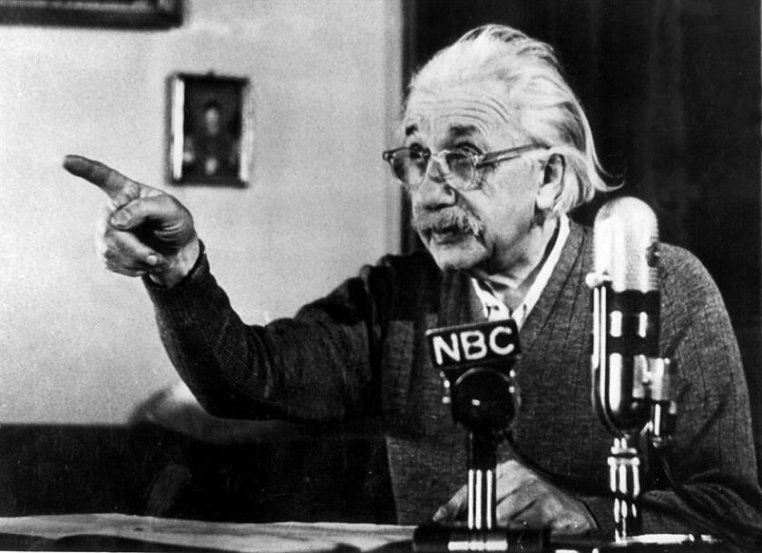 Fotografía de archivo del profesor Albert Einstein en la cadena de televisión NBC, en Nueva York. EFE /Archivo