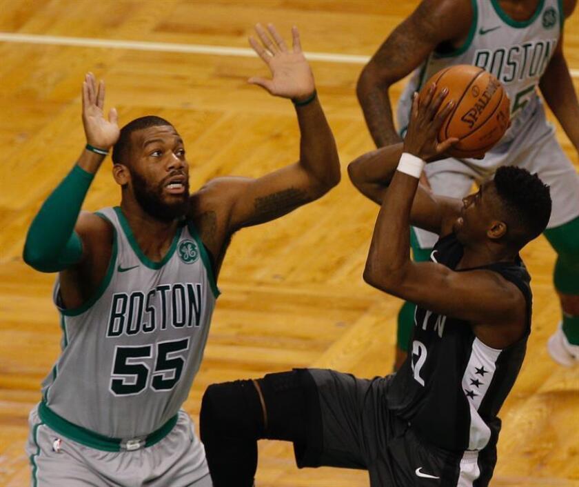 Marcus Morris (i) de Celtics defiende ante Caris LeVert (d) de Nets durante un partido la pasada temporada. EFE/Archivo