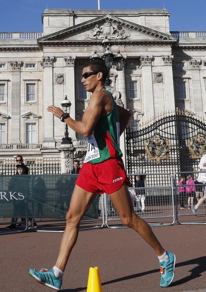 El mexicano Horacio Nava pasa delante del Palacio de Buckingham durante la prueba de los 50 km marcha, en el centro de Londres. EFE/Archivo