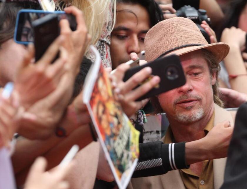 """El actor estadounidense Brad Pitt llega a la alfombra roja de la película """"Érase una vez en Hollywood"""", del director Quentin Tarantino hoy lunes, en una plaza comercial de la Ciudad de México (México). EFE/Mario Guzmán"""