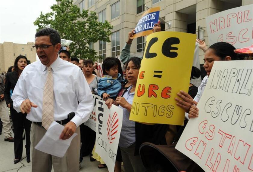 """Activistas de Wisconsin denunciaron hoy el """"descontrol"""" de la Oficina de Inmigración y Aduanas (ICE), que habría amenazado con separar a una indocumentada de sus hijos ciudadanos si su esposo, con el que no vive por violencia doméstica, no se entrega para ser deportado. EFE/Archivo"""