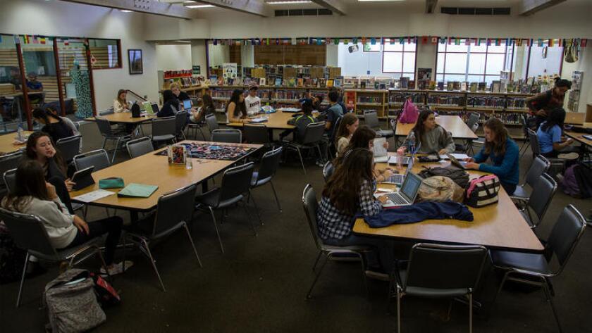 Un grupo de alumnos estudia en la biblioteca de Chadwick School, en Palos Verdes, California (Gina Ferazzi / Los Angeles Times).
