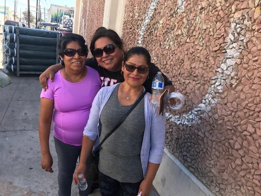 Ghecemy López en medio) guia a las latinas sobre el cancer de seno.