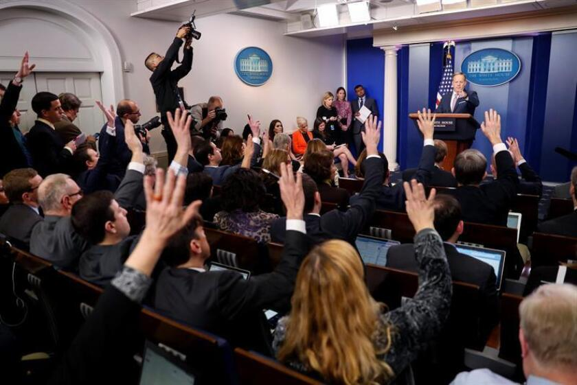 El nuevo portavoz de la Casa Blanca, Sean Spicer (d), habla hoy, 23 de enero de 2017, durante su primera rueda de prensa en el cargo, en Washington DC, donde aseguró que el Gobierno de Donald Trump está abierto a colaborar con Rusia en la lucha contra los yihadistas del Estado Islámico (EI). EFE