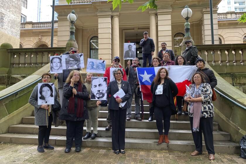 Defensores de los desaparecidos en Chile en la década de 1970, durante la dictadura militar, en el exterior del tribunal local central de Sydney, el 29 de octubre de 2020. (Margaret Scheikowski, AAP Image via AP)
