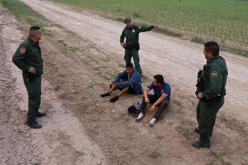 Agentes fronterizos de Estados Unidos esperan para transportar a dos sospechosos tras cruzar supuestamente la frontera de río Grande, cerca de México, en Texas. EFE/Archivo