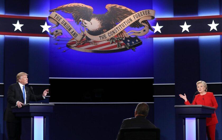 El candidato republicano a la presidencia de Estados Unidos Donald Trump (i) y su rival demócrata Hillary Clinton (d) durante su primer debate (EE.UU.). EFE/JUSTIN LANE