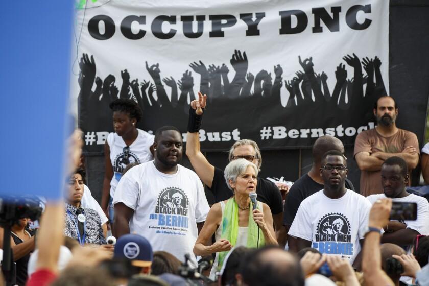 Jill Stein, candidata presidencial del partido verde, habla con seguidores de Bernie Sanders a quienes se está acercando para sumarlos a su causa.